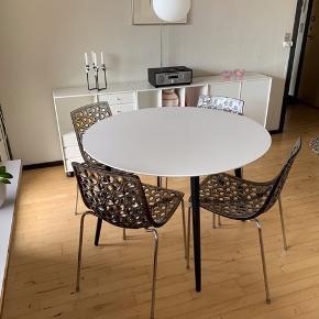 Bolias Espalier stabelstole sælges. 4. stk. sælges samlet.   Stolen er i transparent  materiale med stålben. Målene er h:81 cm x l:41 cm x b:42 og siddehøjde er 46 cm.  Stolene fremstår som nye.  Den angivet pris er for alle 4 stole.