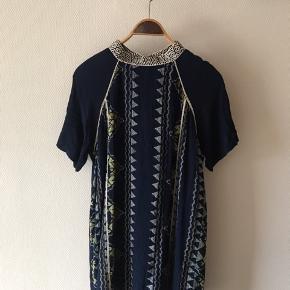 Højhalset kjole med dyb ryg fra vero Moda. Str. Xl men passer M-L. Flot mønster og print.