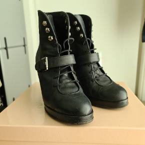 Flotte støvletter med 9 cm kilehæl og fine remme. Skoene er velholdte og fejler intet, behagelige at have på.