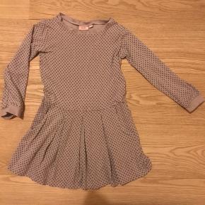 Fin Lille kjole med lommer. 48% bomuld, 48% modal, 4% elestan - så dejlig stretchy. Sådan en grå/beige farve med små sorte cirkel mønster.
