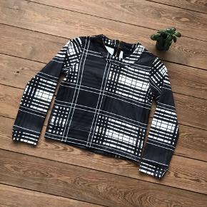 🙏🏼 ALT SKAL VÆK - SÆLGER BILLIGT 🙏🏼  👗 Fin bluse med cool mønster  👠 Birgitte Herskind  👚 Str. XS 👑 Den er i super god stand   🔥Se også mine mange andre annoncer og følg mig gerne - der kommer løbende nyt🔥