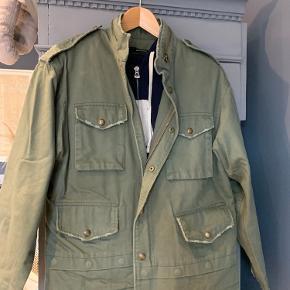 Super fin armygrøn jakke fra Zara i større XS så svarer til en Small