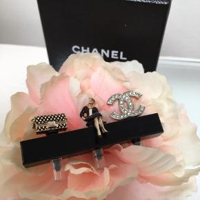 🖤🖤 CHANEL 🖤🖤 PHONE PLUGS 🖤🖤  NOW @ 2290 kr ⭐️🖤⭐️  Rare  , hard to find  🖤Small iPhone charms . 🖤 Karl Lagerfeld made small coco iPhone charms to plug into headphone entry.  This is a rare pair, brand new.  There is a small Chanel 2,55 bag, coco herself and a CC logo charm with crystals. Comes in the original Chanel box with tag. ⭐️💛💫