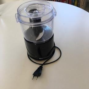 Minihakker fra OBH NORDICA. Fungerer upåklageligt. Har sugekopper under bunden, så den står fast når man bruger den. Kan afhentes i Nørresundby.