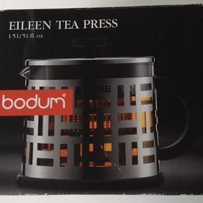 Har en sprit ny Bodum Eileen Tea Press, som kun har stået i skabet og kun været paket ud for at tage billederne af den. Glaskanden måler 14 cm i diameter og 12 cm i dybde.  Alle dele kan skilles ad.