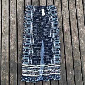 Lang nederdel med slids foran med fint print