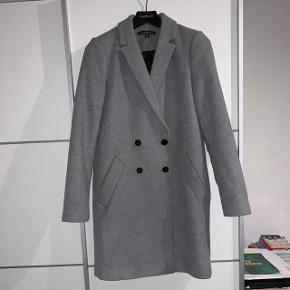 Fineste frakke fra Zara i størrelse xs.   Brugt få gange og fejler intet.  Porto kommer oveni og prisen er fast.