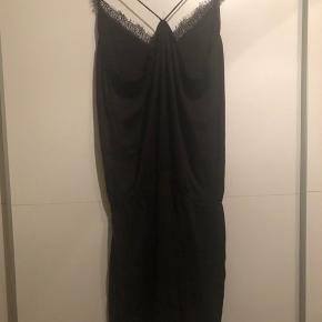 Fin buksedragt fra VILA med sorte blonder i bunden og i toppen