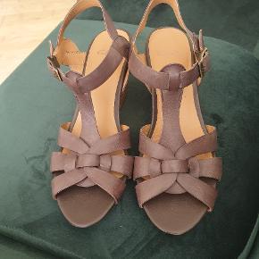 Smukke og meget lækre og behagelige sandaler i læder og kilehæl. Brugt 2 gange.