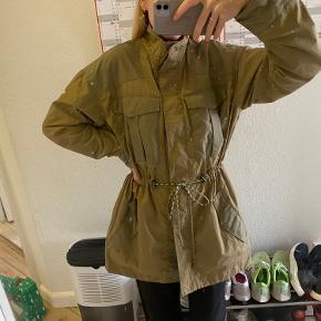 Sælger denne skønne jakke fra MbyM med flotte detaljer og snøre i siden, for at fremhæve taljen. Sælges da jeg ikke får den brugt nok. BYD. Sender i dag :-)