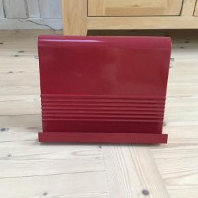 Rød opskriftholder i hard plast Den er i pænt stand Kan ikke købes mere