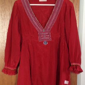 Meget smuk rød tunika. Størrelse 2