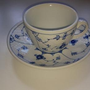 Stor musselmalet kop, med stor underkop, kraftig porcelæn. Nummer 1024 Fint sammen med Royal Copenhagen