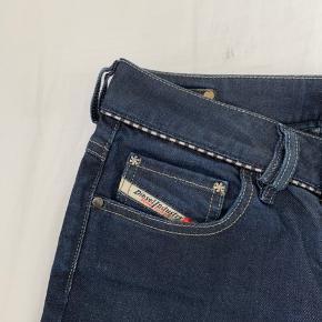 Sejler disse lækre diesel jeans. Bukserne er købt helt tilbage i 90'erne, men modellen produceres igen i dag. Bukserne er brugte, men i super god stand uden synlige tegn på slid.  Mp: 300 + fragt