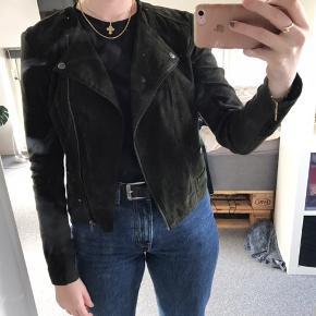 Sælger denne overgangsjakke i ruskind - læderjakke  Kan også passes af en S Byd gerne