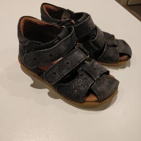 Brugt én sæson. Sorte skind sandaler med glimmer.