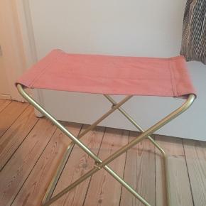 Skammel i rosa m. Guld ben fra broste Copenhagen. Stand som ny, ingen brugsspor, pletter mm. Aldrig rigtig brugt blot stået klappet sammen