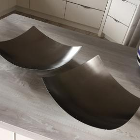 Børstet rustfri stål fra firmaet Kento. Fadene kun stået til pynt og med alm brugsspor.  Vil få en behandling med poleremiddel til rustfri stål inde de får ny ejer (derved holder de glansen bedre - ellers kan man vaske dem med opvaskemiddel og varmt vand). Ca mål er ø 45 & 42 cm. Ens mål på begge fade - pris pr stk