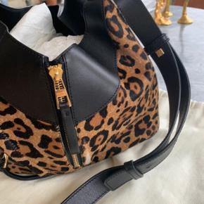 """Loewe Hammock small i leopard """"pels"""".  Lidt af pelsen er slidt af. Pris sat derefter. Kun på to små punkter er slidt, som rammer kroppen, når den er blevet brugt crossbody."""