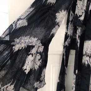 Fin midi-kjole Monette Georgette med cut i ærmer og bindestropper.   Viscose Str 38 Ingen bytte Fast pris ex lev