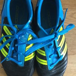 Fine Adidas sko som kun er brugt indendørs.  Noget af den blå farve er gået af se billed 2+3  Giv et bud kan afhentes eller sendes på købers regning .