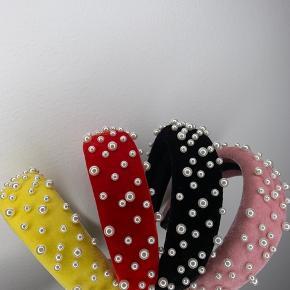 Flotte vatterede hårbøjler i velour besat med perler. Findes i sort, gul, rød og rosa. Har fler stk i alle farver. Ubrugte 1 stk 30kr 2 stk 50kr