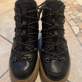 Fede støvler med fór fra & Other Stories. Aldrig brugt, sælges da de er en forkert størrelse. Sælges stadig på deres hjemmeside for nu 1050kr.