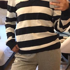 Tommy Hilfiger strik/sweater med v-udskæring. Den er blevet brugt godt, men fejler intet. skriv endelig ved spørgsmål