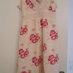 Varetype: NY Kjole Farve: Se billede Oprindelig købspris: 299 kr.  Helt ny kjole - den er så flot.  Den sendes som pakke igennem DAO så prisen er lige pt 37 kr.