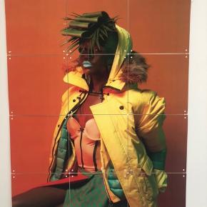 """Fin plakat fra ixxi. Består af 12 kvadratiske firkanter der er sat sammen med plastikkryds. Måler 60x80 cm. Kan klikkes af og på """"rammen""""."""