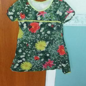 Hjemmesyet kjole i skøn digitalprint. Ikke brugt meget - så fin klar i farverne.