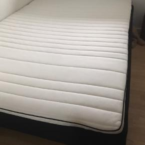 Fin dobbelt seng 140x200 seng fra Dreamzone. Cirka lidt under 2 år gammel, ingen slid eller pletter. Kan hentes billigt i valby😊