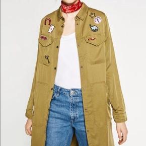 Lang armygrøn skjorte (mørkere end modelbillederne) kun brugt få gange sælges.   *Sender ikke, men køber må gerne hente i København*