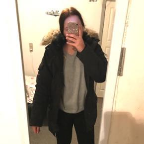 Sælger denne super lækre og varme Carhartt vinterjakke med anchorage parka, da jeg ikke kommer til at bruge den længere grundet anden jakke. Den er brugt meget lidt og i super fin stand, helt som ny !   str: S np: 1600-,    BYD !!!    Spørg endelig for flere billeder :)