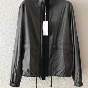 Helt ny og med original mærke cool overgangs jakke fra luksuriøse og anerkendte franske Maison Margiela.  Købt i butikken i Paris S/S 2017. Made In Italy Str. 50 IT (Medium/Large). Ny pris €1.145 (8.545 kr.)
