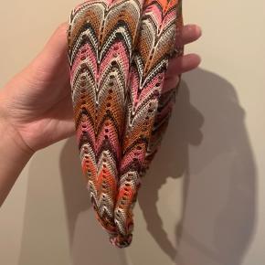 Et super fint hårbånd til at pifte sit look op.   #Secondchancesummer Elastisk