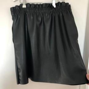 'Læder' nederdel fra zara, som ny.