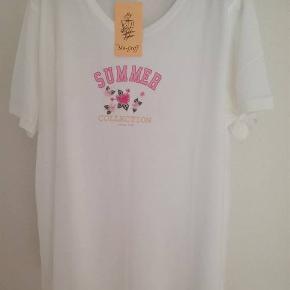 Super lækker feminin ny hvid T-shirt fra Gollehaug. Str 46. Helt ny. Aldrig brugt eller prøvet på. 50 % bomuld og 50 % modal. Meget god, lækker og blød kvalitet. Kan styles på mange måder. 200,- pp med Dao og mobilepay Sender hurtigt