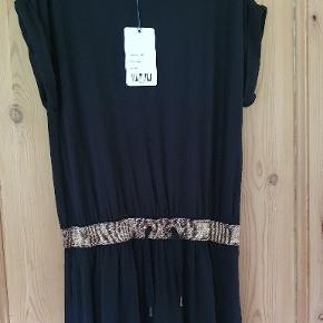 Pompdelux kjole str 152 Den er sort selvom den ser mørkeblå ud på billedet. 85 kr