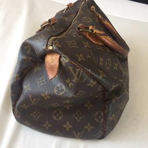 Smuk Louis Vuitton taske med patina. Brugt i ca et år. Den har brugsskrammer (se fx på billedet hvor man kan se læderstumpen i siden er revet over). Har tilføjet flere billeder i kommentarfeltet der viser alle sider af tasken så man kan se brugsstanden. Den sælges billigt eftersom den har skrammer og slid med sig :-) BYD gerne. Kan sende eller den km afhentes i Århus.