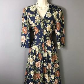 Super smuk og elegant blomstret retro - vintage åkjole str M. Kjolen fremstår uden slid eller huller eller andre mangler.