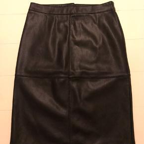 """Flot """"læder"""" nederdel Str. 36  Aldrig brugt"""
