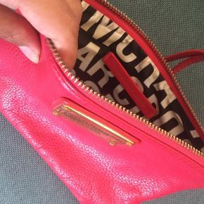 Smuk pink cluth fra Marc by Marc Jacobs. Købt i paris i 2012, men brugt få gange og fremstår som ny! Kan hentes på østerbro eller sendes mod hvis modtager betaler fragt :)