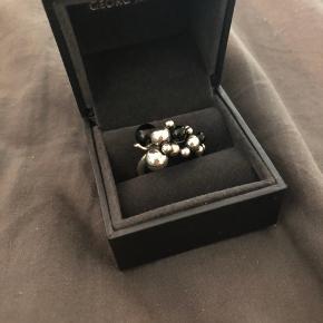Super fin ring fra Georg Jensen med sort  Onyx i. Str 57. Det er den lille model.  Sælges da jeg ikke får den brugt.  Ny pris hedder 3500.