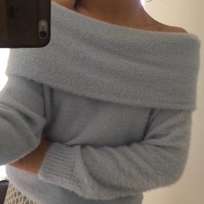Sælger denne mega fede OFF shoulder strik fra hm: den ser ret slidt ud på billedet men den er helt ny- skriv gerne for flere billeder  Byd❤️