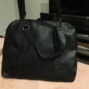 Super fin taske, men tegn på slid, dog ingen huller