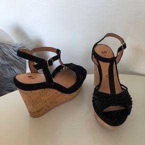 ‼️50% på HELE købet ved køb af mere end én vare‼️  Kilehæle sandaler aldrig brugt, stadig med prismærke Super lette at gå i