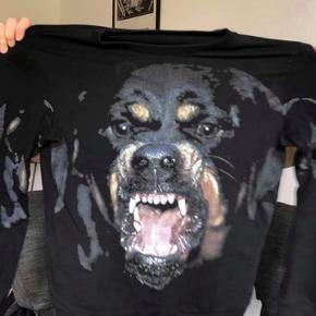 Givenchy Rottweiler Sweatshirt Brugt meget lidt - ingen bemærkninger Fitter en M/L Købt i paris til ca. 4.000,-  Sælges for 2500, men skriv endelig så kan vi måske finde ud af noget.