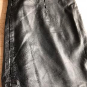 Lækker blød skind knælang nederdel. Den er lidt stor i størrelsen. Er som en str 40.