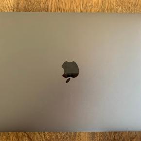 """Forsøger at Sælger min MacBook Pro TouchBar endnu engang. Sidste gang sprang køber fra i sidste øjeblik så håber meget på seriøse bud og køber! :)  Den fejler ingen ting, og bliver også rengjort inden salg! Den har en lille """"revne"""" i bunden af skærmen (se billede tre) som næsten er utydelig og ikke påvirker ydeevnen. BYD men kun seriøse bud  Info:  256 GB  MED TOUCHBAR  KUN BRUGT TIL SKOLE  ALT MEDFØLGER, BÅDE KASSE, OPLADER OG KVITERING"""